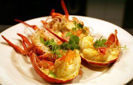 L'aragosta Thermidor è stata realizzata la prima volta nel 1894 in un ristorante de Parigi vicino al teatro Comédie Française, si prepara aprendo per...