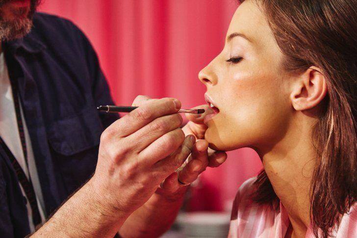 Pin for Later: So erzielt man in wenigen Schritten das Makeup der Victoria's Secret Models  Für die Lippen wählte Dick einen Lippenstift mit einem leichten Glanz, in einer Mauve-Schattierung.