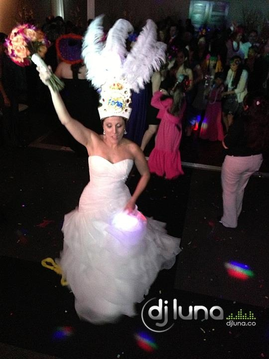Bride and guests dancing during the Hora Loca - www.djluna.co