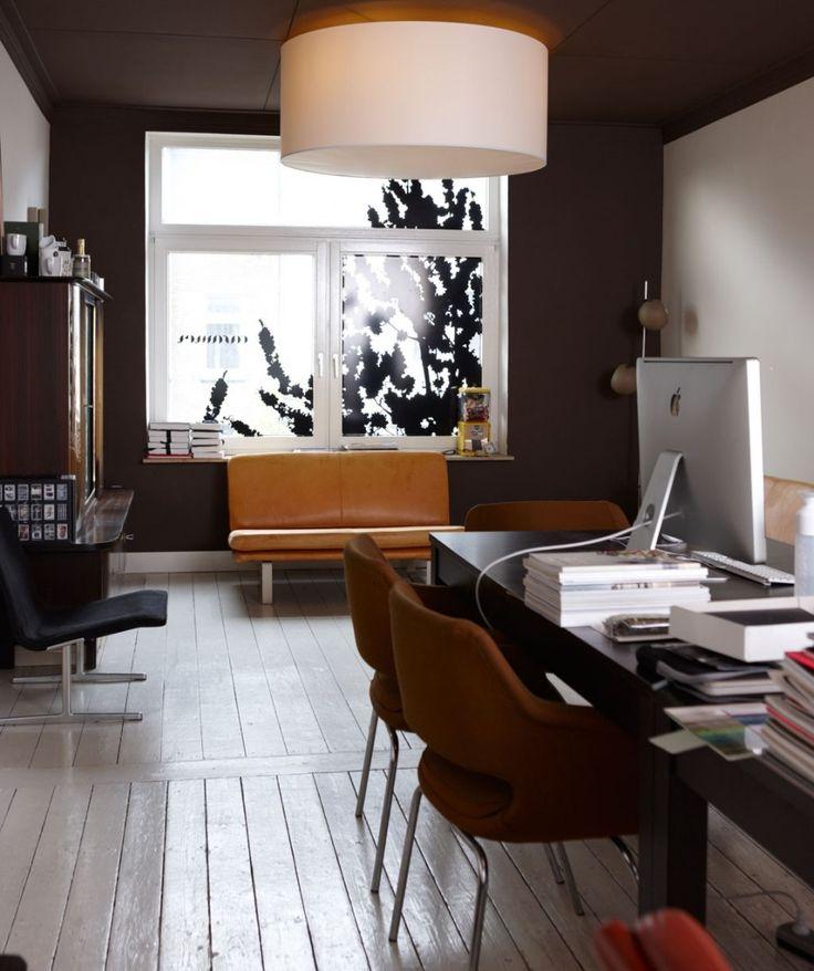 witte houten vloer - donkere meubels
