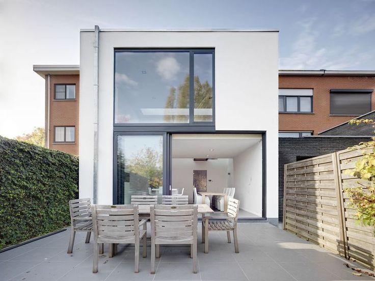 De veranda van deze woning moest plaats maken voor een volwaardige uitbouw over twee verdiepingen. Die versterkt het contact met de tuin en zorgt er ook voor dat het licht voortaan tot in de kern van de woning kan doordringen.