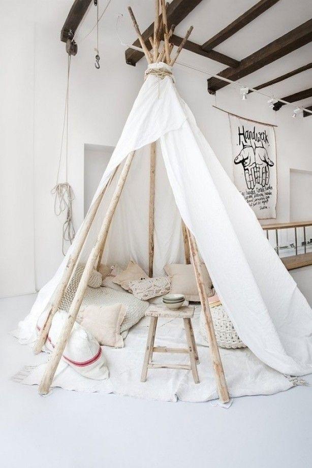 Heerlijke lees- en speelhoek in deze tipitent. Zo'n mooie witte tent misstaat ook niet in de huiskamer. Bron: OOG #kinderkamer #stekmagazine