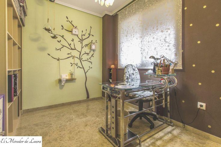 Despacho estudio árbol pintado en la pared