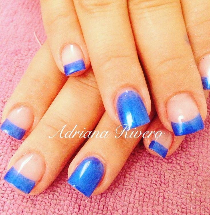 Uñas acrílicas decoradas con esmalte azul eléctrico encapsulado con gel. #electricblue #french #shortsize #acrylicnails #nails