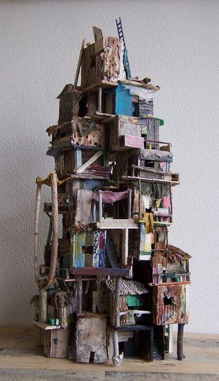 Favela van Eric Cremers    In verschillende werelddelen kom je krottenwijken tegen. In Rio de Janeiro noemen ze zo'n wijk Favela. Dit kunstwerk is een vrije interpretatie van een verzameling krotten.