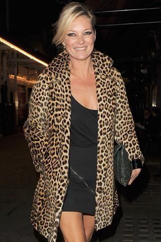 Фото звезды в леопардовом пальто