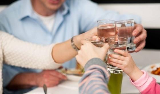 Doit-on déconseiller de boire pendant un repas ou cela ne fait-il aucune différence ? Et cela s'applique-t-il à toutes les boissons ou à certaines en particulier ? Voici des éléments de réponse.