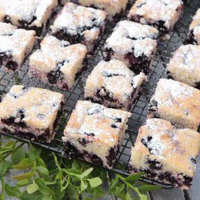 Enkel och makalöst god blåbärskaka gjord i långpanna.