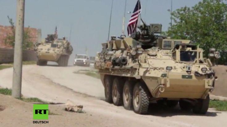 US-Truppen und gepanzerte Militärfahrzeuge sind am Samstag an der türkisch-syrischen Grenze bei Al-Darbasiyah gefilmt worden. Sie sollen die Situation in der Region überwachen, nachdem Dutzende kurdische Kämpfer bei türkischen Luftangriffen in der Region getötet wurden. Die US-Truppen sollen durch die Präsenz an verschiedenen Trennlinien zwischen kurdischen und türkischen Kämpfern weitere Zusammenstöße verhindern.