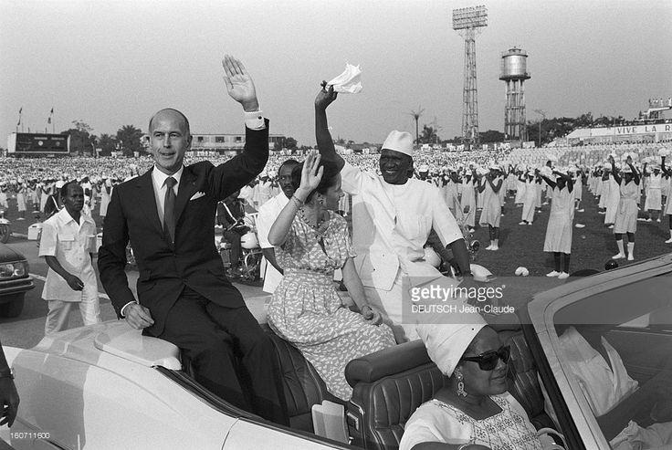 Official Visit Of Valery Giscard D'estaing In Guinea. Guinée, décembre 1978. Valéry GISCARD D'ESTAING, Président de la République française, son épouse Anne-Aymone et Ahmed SEKOU TOURE, le président de la République de Guinée, saluent la foule venue les acueillir.