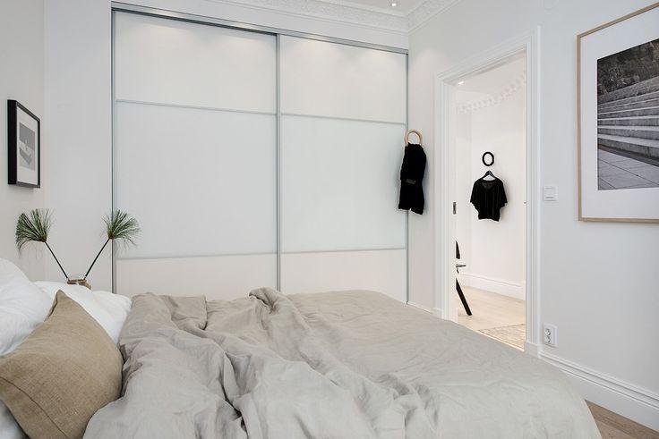 ... med rejäl inbyggd garderob med skjutdörrar