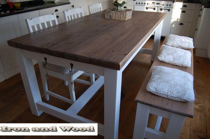 Robuuste kloostertafel met oud eiken wagondelen blad. Ambachtelijk en handgemaakt .Past mooi in een landelijk en brocante interieur.