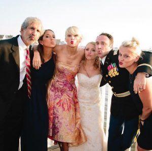 Max Singer y Kenya Smith celebraron su boda el día de ayer, cuando el discurso de su hermana fue interrumpido por Taylor Swift, quien llego al evento ante la sorpresa de todos. Todo fue planeado por la hermana de Max, Ali, quien contactó a Swift hace algunos meses para convencerla de que se presentara, ya […]