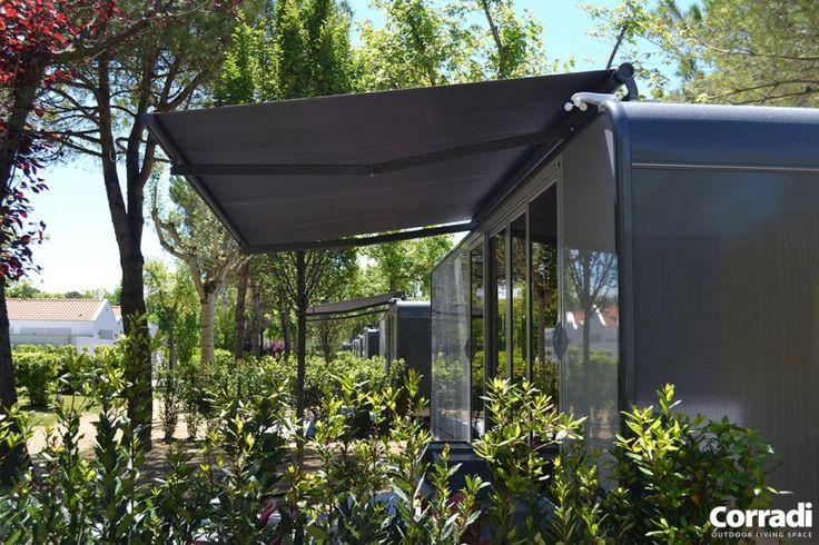 SKIA zonwering is de esthetische revolutie in de wereld van de zonwering. Zijn aluminium profiel houdt perfect de lijn met de hedendaagse stedelijke architectuur.