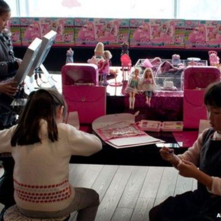 ¿Podrá Barbie triunfar en China tras su primer gran fracaso? – Con una dimensión de 3.344 metros cuadrados, la tienda de Shangái debió ser la casa más impactante que se haya creado para Barbie. En 2009, el mayor productor estadounidense de juguetes, Mattel, puso la mira en el mercado chino y decidió abrir una primera tienda en Shangái. Su gran... #barbie #internacionales #muñeca