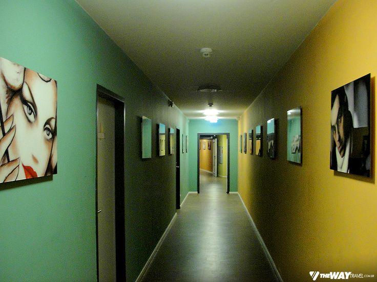 Corredor dos dormitórios, repleto de quadros com figuras humanas Hostel em Frankfurt, na Alemanha: United Hostel Frankfurt City Center | Viagem Primata