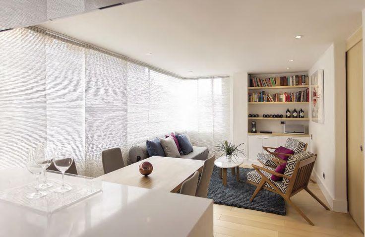 En la sala la tela de los paneles japoneses está hecha por Mónica de Rhodes. Los hilos metálicos entre su tejido de fibras naturales crean un bonito efecto de brillo y textura así como de continuidad en la estancia