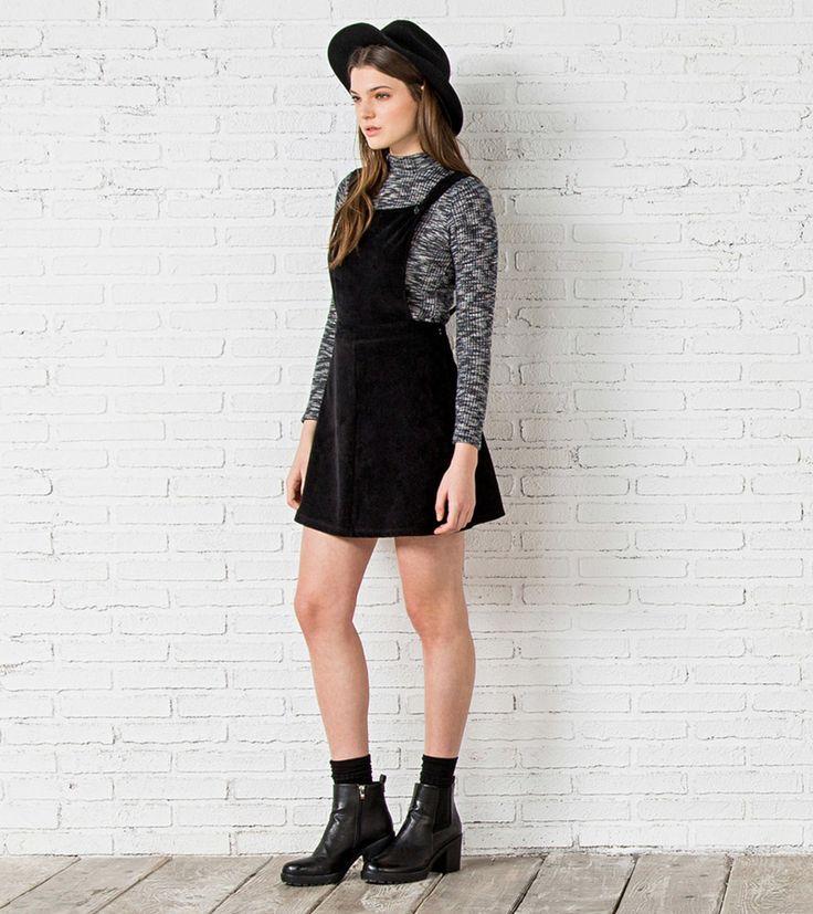 Peto falda, realizado en pana, con tirantes cruzados en la espalda, con corte a la cintura. Con botones metálicos en la parte delantera.