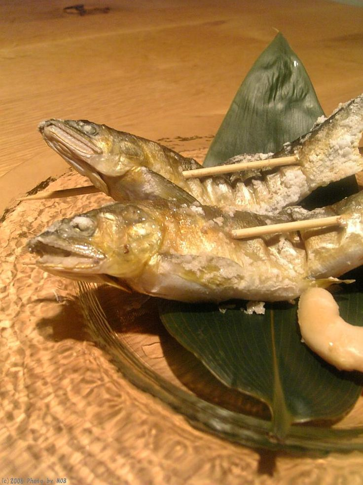 今が旬! 鮎の塩焼きと上り鰹の刺身を創る - Naturalレシピ NOBの厨房 鮎の尾、ヒレにはたっぷりの普通の塩、全体には能登のはま塩をふりかける。 串を打ってグリルで焼く。付け合せは谷中生姜。