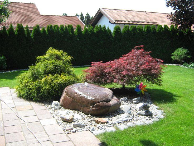 Gartenbau Reiser   Quellstein aus Porphyr mit Fadenzypresse und rotem Schlitzahorn