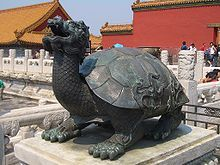 Черепахи в китайской мифологии Черепаха  (гӯй) в разнообразных проявлениях занимает немаловажное место в китайской мифологии. Её образ отражен в нескольких традиционных мотивах китайского искусства, включая «чёрную черепаху севера» сюаньу, черепаху-носителя текста биси, и «драконочерепаху», популярную в качестве фэншуйного украшения.