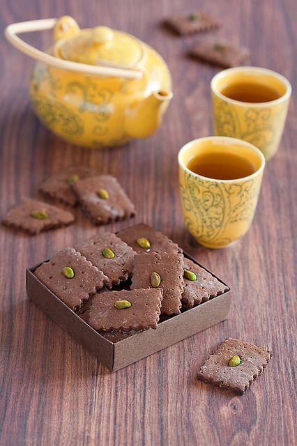 #tea ♥♥ kakaós keksz: TÉSZTA: 250 g vaj, 10 dkg cukor - méz, 1 nagy tojás, 38 liszt, 2-4 evőkanál kakaó *, 1 kk szódabikarbóna, 2 ek mézes-fűszer, csipet só és őrölt szerecsendió.