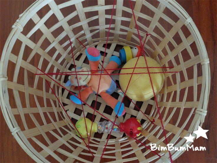 """Cestino dei tesori """"ragnatela"""" - Questo cestino dei tesori è un ottimo gioco per i bebè. Non solo serve a scoprire e conoscere gli oggetti ma anche lo aiuta nello sviluppo motorio e la coordinazione. BimBumMam"""