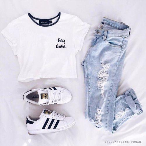Je fais tout le tralala du matin mais la de l'après midi *Ta gueule* Ok j'arrête Une fois finis je m'habille d'un jean déchire bleu clair avec un haut blanc et le col noir et des Superstars noir et blanc