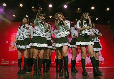 한중부부의 중국노래한소절 #021 SNH48 - 呜吒 (UZA) ---------- 2012년 말, 상해에서 결성된 대형 여성 아이돌 그룹입니다. 일본 AKB48의 중국 공식 자매그룹이죠. 60명의 그룹 멤버들은 다시 SNH48 Team SII, SNH48 Team NII, SNH48 Team HII 의 소그룹으로 나뉜다는군요. 뭔가 난해하다 ;;;;;; 그룹 멤버들 이름만 다 외워도 한자 공부가 꽤 되겠다는 생각이 드네요. ^^;; 你只需要爱着你自己就好。 不需要考虑别人对你的警..