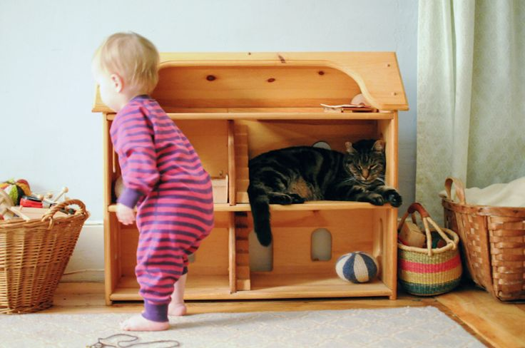 Love this doll house - anyone know what/where/plans are for it?  (photo by Soulemama)
