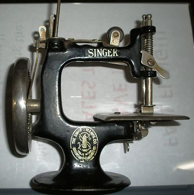 Antique 1910's Little Singer Model 20 Childs Toy Sewing Machine Hand Crank~~