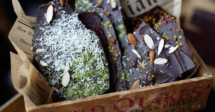 Gör din egen chokladkaka och smaksätt med det du tycker om! Resultatet blir vackra chokladbräck som även är en perfekt gå bort-present.