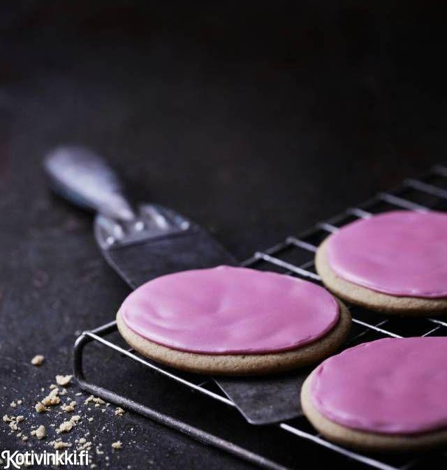 Pumpernikkeli saa kruunun vaaleanpunaisesta tomusokerikuorruteesta. Finnish pumpernikkeli. Kuva/pic Riikka Kantinkoski #christmascookies