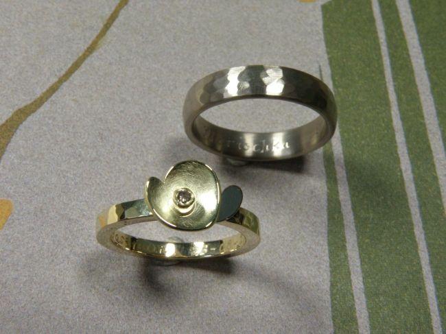* wedding rings | oogst-sieraden * Trouwringen * Geelgouden bloem met witgouden blaadje en natuurlijk bruine diamant * Witgoud met hamerslag * Maatwerk *