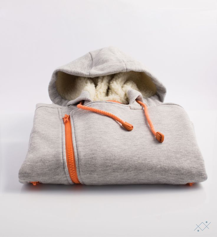 This hoodie jacket in grey mélange fleece has a diagonal orange zip. When opened, the tabs will form a fashion V on the neck. The ideal gift for your child.    Ocean Stitch - small details proudly made in Portugal