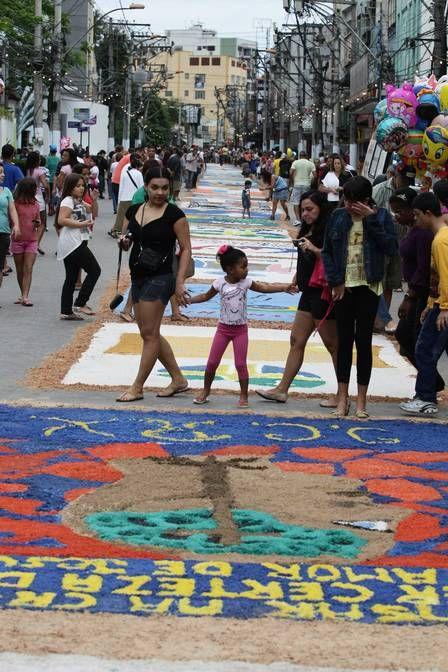 Corpus Christi em São Gonçalo, RJ - A elaboração dos tradicionais tapetes de sal. São 15 paróquias da cidade fazendo 260 tapetes - 2 km de comprimento, a maior extensão do país.