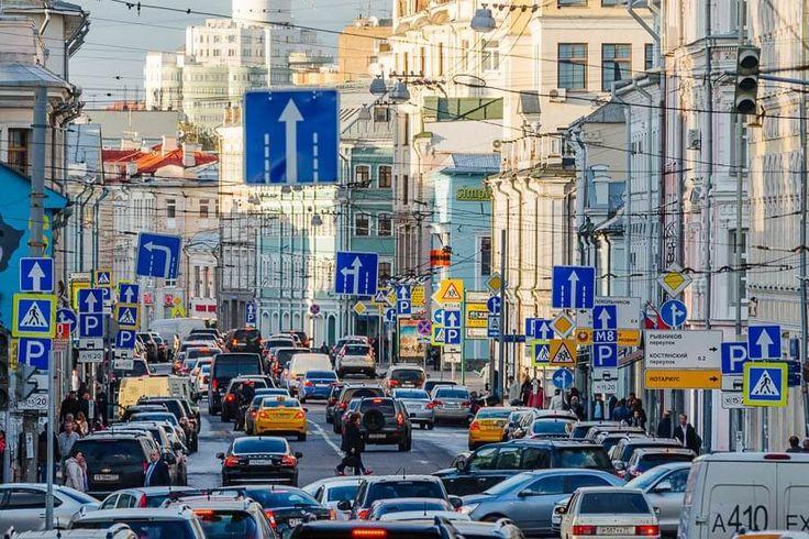 В Москве появятся маленькие дорожные знаки, станет меньше и их общее число. В столице в конце января начнется эксперимент на нескольких улицах по установке дорожных знаков нового размера     Как сообщили в пресс-службе столичного центра организации дорожного движения, предложения по уменьшению габаритов некоторых знаков были направлены в ГИБДД и российское правительство еще несколько лет назад. Небольшие знаки удачнее вписываются в окружающую среду, гармонируют с архитектурой и новым…