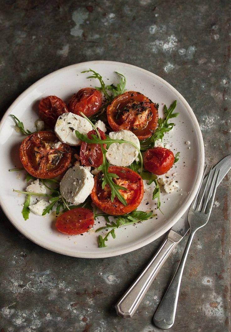 Salat mit Ofentomaten, Ziegenkäse und Rucola | http://eatsmarter.de/rezepte/salat-mit-ofentomaten-ziegenkaese-und-rucola