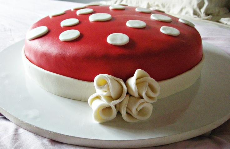 Bolo vermelho com poás. Dentro: bolo de nozes com recheio de chocolate.