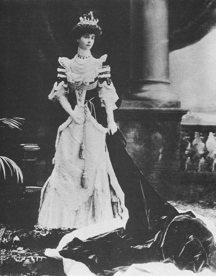 """1902 Consuelo, duquesa de Marlborough   A mais famosa de todas as """"herdeiras americanas"""", Consuelo Vanderbilt, que se tornou a nona duquesa de Marlborough depois de um breve casamento, veste um traje de veludo de seda escarlate, típico da nobreza inglesa, para a cerimônia de coroação do rei Eduardo VII. O desenho da pequena coroa, a quantidade de pele de arminho empregada no traje e o comprimento da cauda revelam a sua alta posição."""