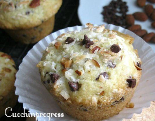 I muffin cocco, mandorle e gocce di cioccolatosono assolutamente da provare. Questo accostamento di gusti e consistenze li rende appetibili e gustosi.