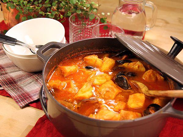 Saffransdoftande fiskgryta med musslor, fänkål och tomat. Perfekt middag att bjuda på.