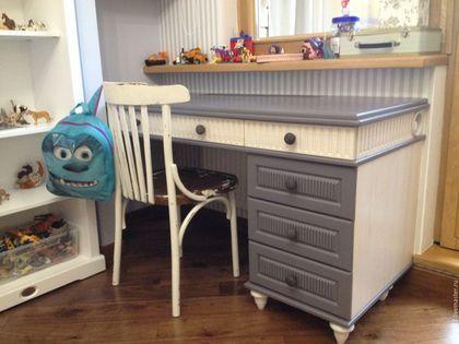 Детский письменный стол из массива сосны.Под просторной столешницей расположены три выдвижных ящика и отверстие для регулировки температуры, находящейся за столом батареи. Слева - тумба с тремя выдвиж