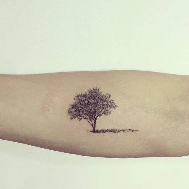 Tatuaje de un pequeño árbol situado en el... - Tatuajes Pequeños para Mujeres y Hombres