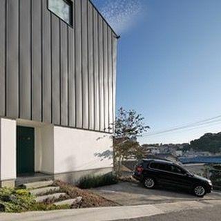 初公開ですが、気がついたら2年が経っていました府中町の小高い丘に建築させて頂いた3階建てのS邸です。デザインだけではなく性能や機能性もハイレベルなお住まいです。冬季時も1階のエアコン一台で快適に過ごして頂いて大変喜んで頂いています。外壁はガルバリュウム鋼板で負荷断熱を施し、1階は漆喰を採用しています。今までのアイトフースの家にはないスタイル?、、、実はガルバリュウム鋼板がマイナー時代だった10数年以上前から数件の施工例があります。防火規制や敷地条件などから必要な建材そして素材を生かしたデザインというわけです。。。ポーチ階段両サイドの植物たちも、とてもいい子に育っていました!  @aitohus @aitoliv #北欧デザイン #北欧住宅#注文住宅 #新築計画  #漆喰 #自然素材 #マイホーム #木窓 #myhome  #木製サッシ #マイホーム計画  #3階建て #広島注文住宅  #塗り壁  #広島新築 #住宅会社 #高断熱高気密玄関ドア #暖かい家 #ガルバリュウム鋼板 #広島の注文住宅