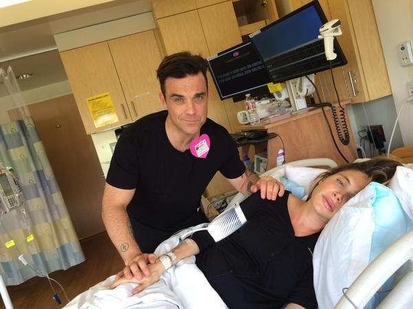 Robbie Williams krijgt binnenkort z'n tweede kindje: z'n vrouw Ayda Field ligt namelijk in het ziekenhuis om te bevallen. Hij houdt ons op de hoogte...