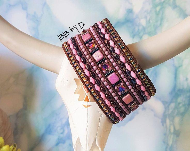 Manchette large en cuir et perles. Bracelet Wrap multi-rangs femme style bohème hippie chic. Couleurs rose, dark mauve