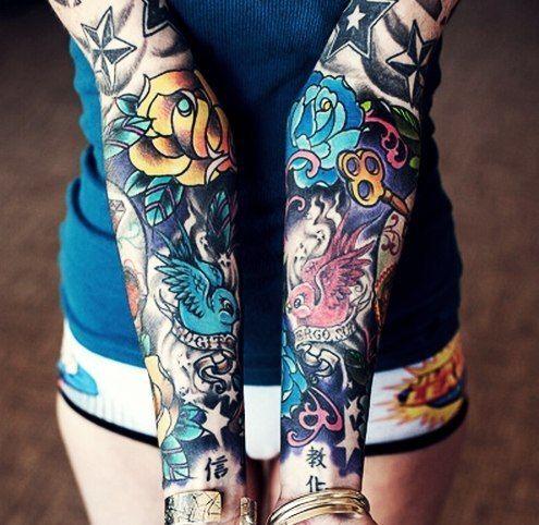 tatouage bras complet coloré femme hirondelle clé rose