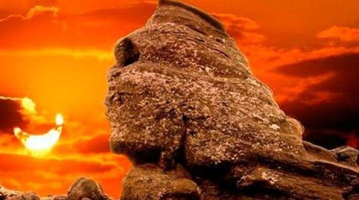 Putini oameni, cei alesi, stiu ca exista o singura zi in fiecare an, cand, la apusul Soarelui deasupra Sfinxului de pe platoul Bucegi ,  razele blande  inconjoara  chipul straniu  sculptat in piatra si, coborandu-se...