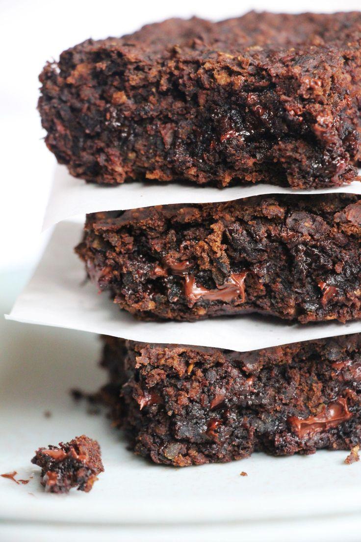 Brownie fit de feijão – sem glúten/lactose e vegano | Vídeos e Receitas de Sobremesas  Ingredientes 1 xícara e meia de FEIJÃO PRETO cozido e sem tempero (drenado) 1 xícara de AÇÚCAR MASCAVO 1/2 xícara de AVEIA EM FLOCOS FINOS 4 colheres de sopa de ÓLEO DE COCO Uma pitada de SAL 2 colheres de chá de EXTRATO DE BAUNILHA 2 colheres de sopa de CACAU EM PÓ 100% 1 colher de chá de BICARBONATO DE SÓDIO 1 colher de sobremesa de VINAGRE DE MAÇÃ 1 xícara de CHOCOLATE AMARGO picado ou em gotas